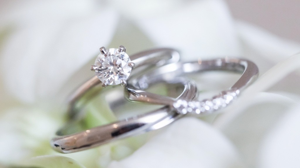 婚約指輪と結婚指輪の違いとは