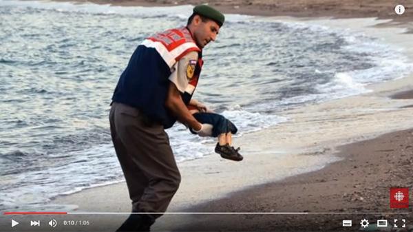 シリア難民の3歳の男の子が溺死してトルコの海岸に打ち上げられた写真