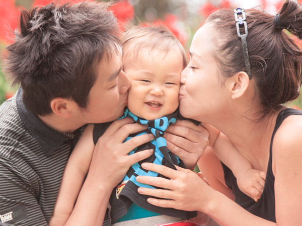 両親と赤ん坊