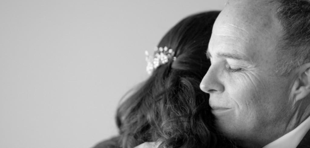 新婦が仕掛けた結婚式サプライズ 1人で娘を育てた父親に最高のプレゼント!