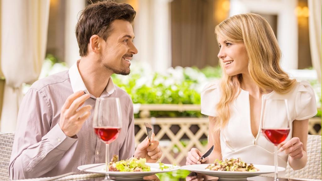 初デートは食事に誘うのがおすすめ