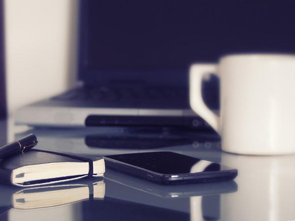机の上の携帯