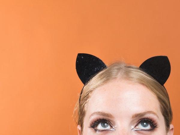 猫耳を付けた外国人女性