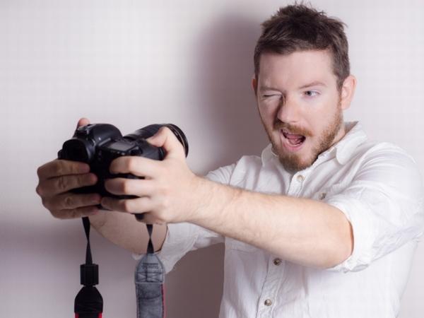 自撮りをする外国人男性