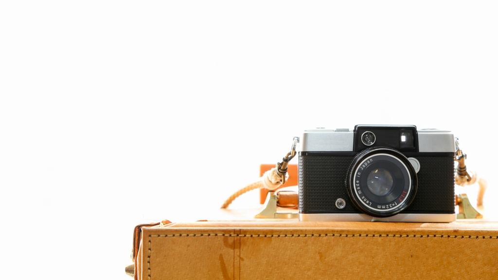 カバンの上に乗せられたカメラ
